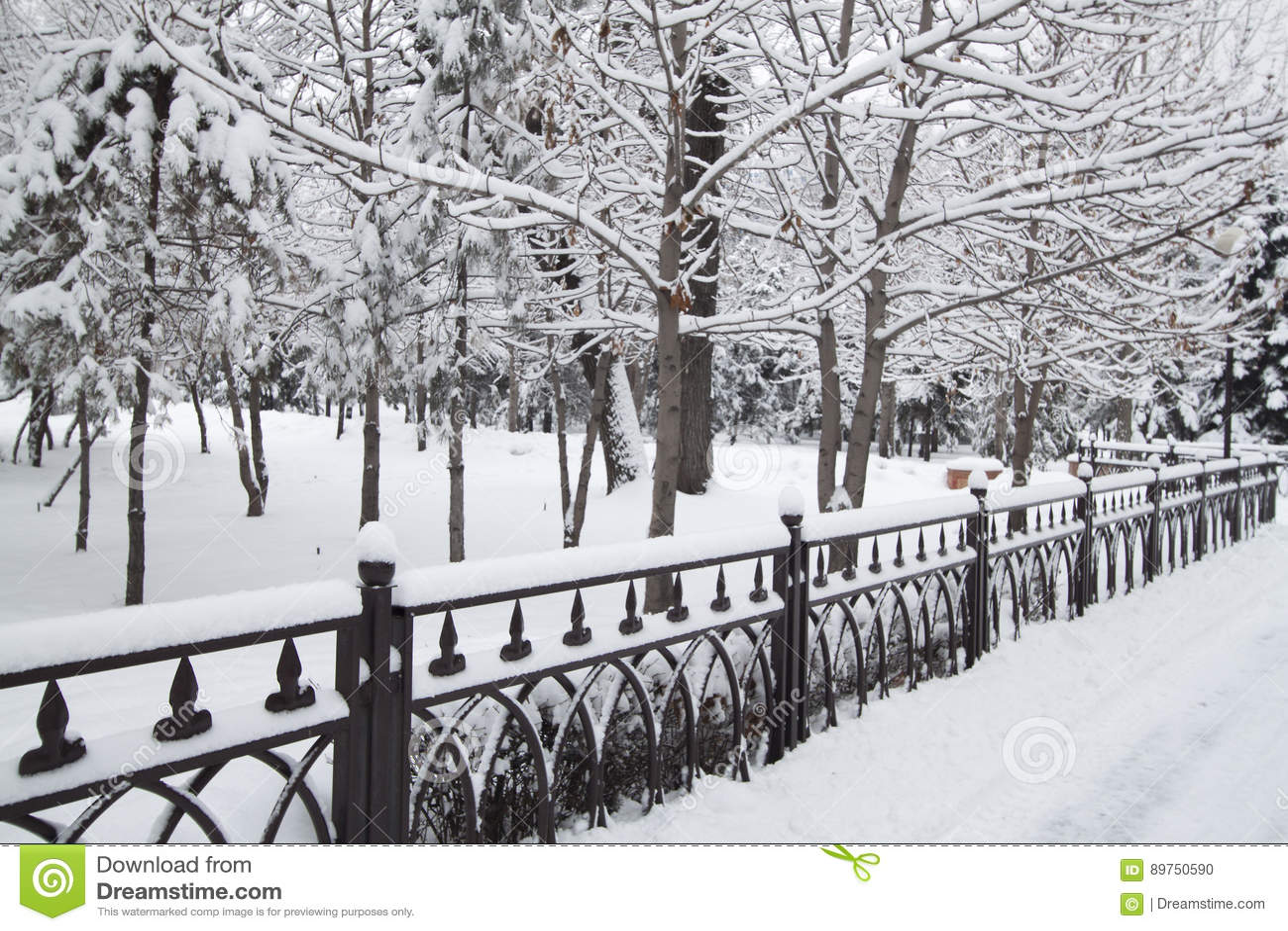Inverno, neve sul marciapiede del metall
