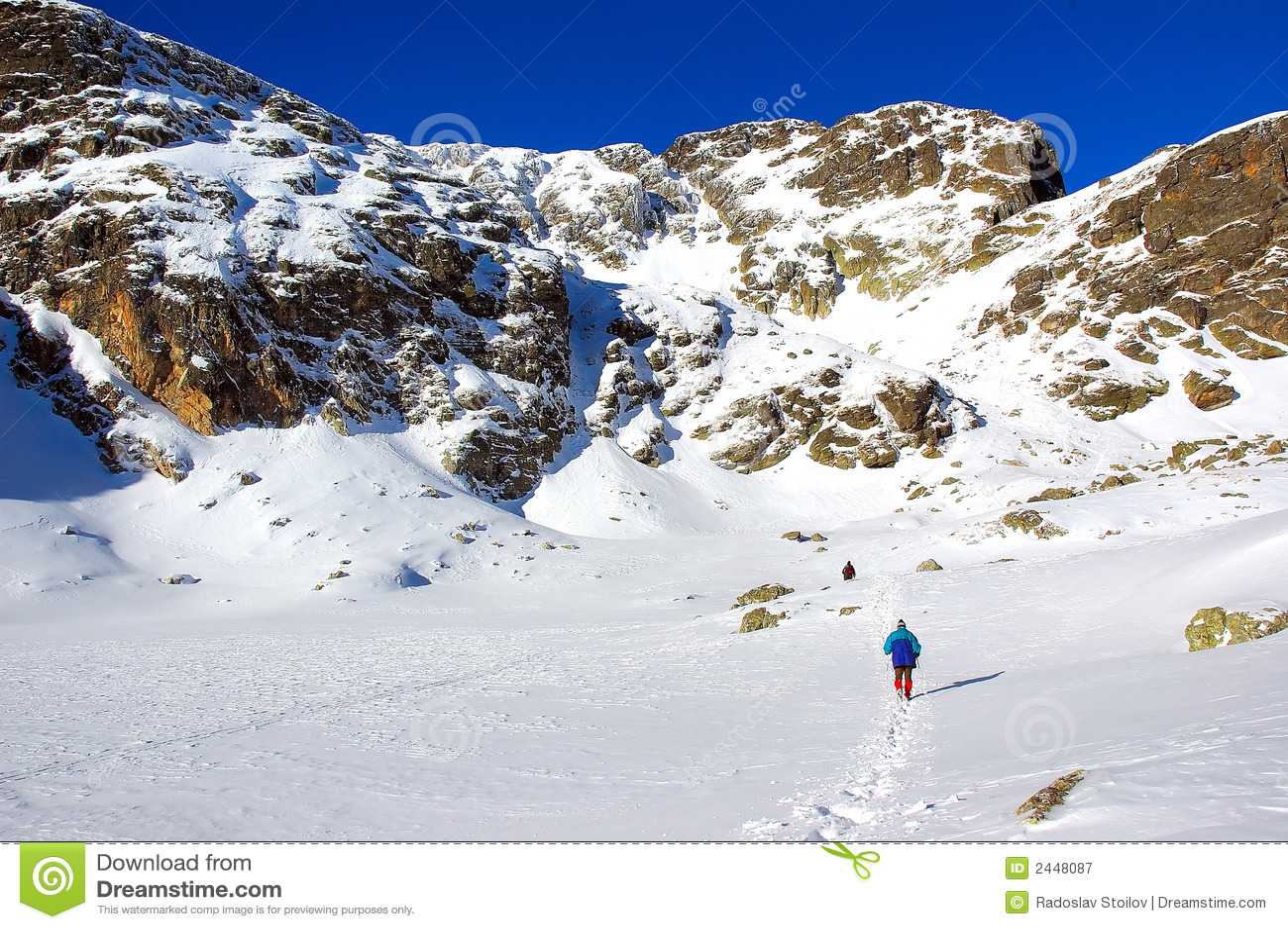 Inverno pieno di sole in montagna