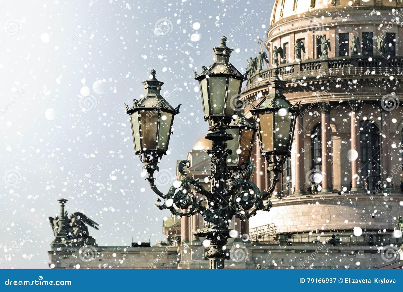 Inverno in San Pietroburgo San Isaac Cathedral nella bufera di neve, St Petersburg, Russia