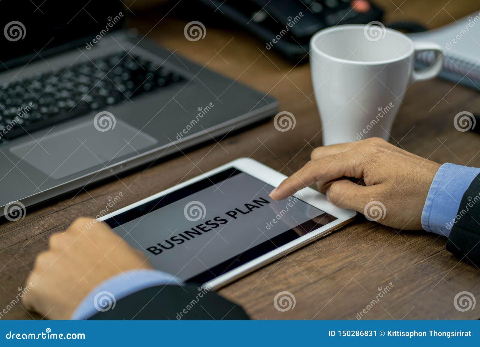 Inversor u hombre de negocios que revisa o que comprueba el plan empresarial