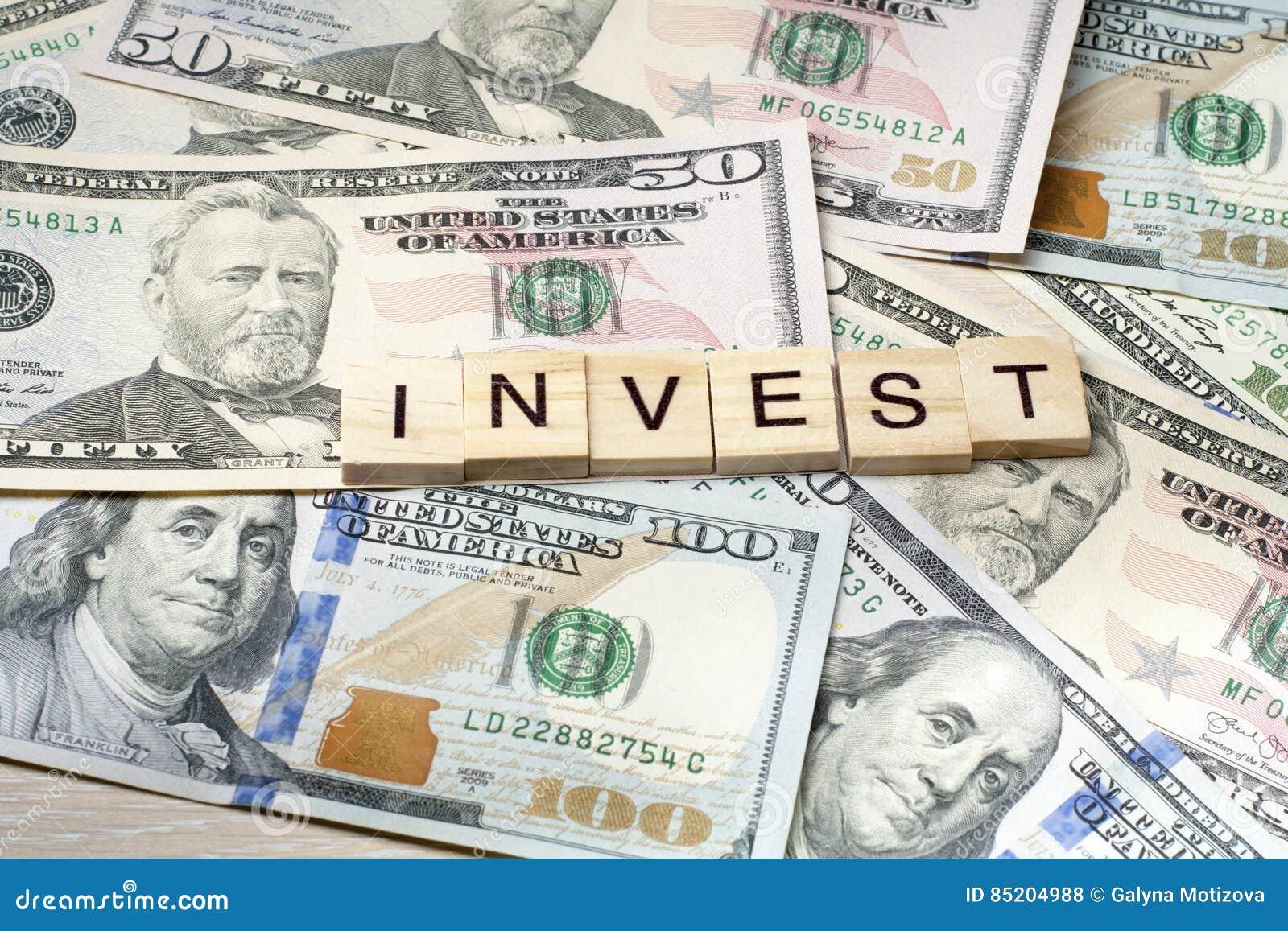 INVESTEER Word op Kubus Het concept van financiën Geld