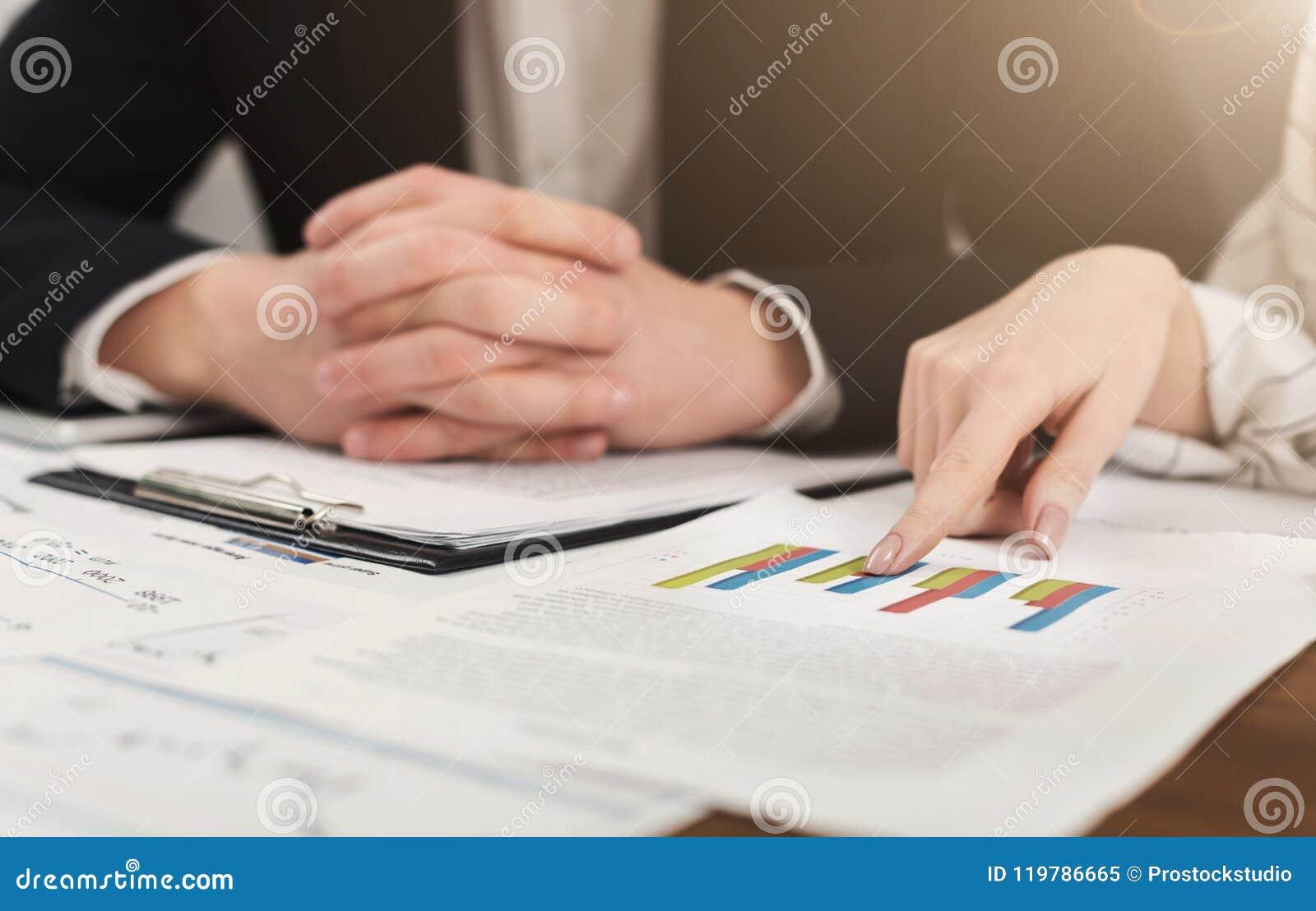 Investeringkonsulenter som diskuterar företagsjämvikt