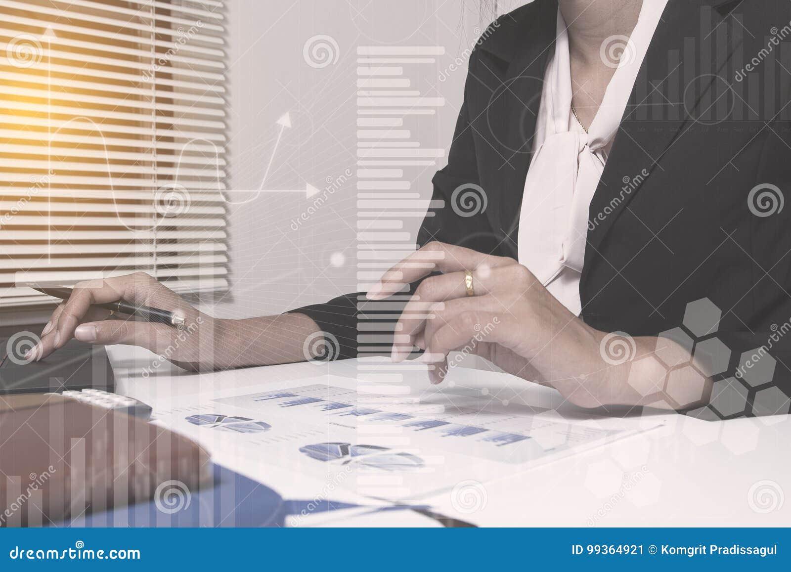 Investeringsmanager die het nieuwe privé bureau van het bankwezenproject werken