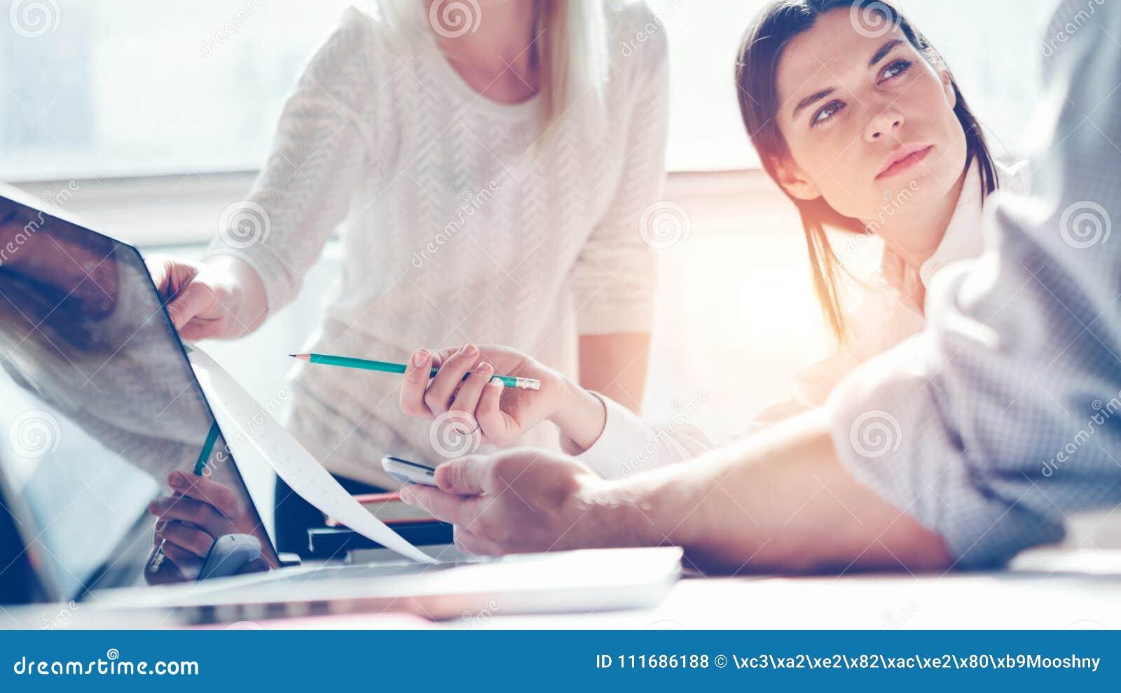Investigación del producto Equipo de comercialización en el trabajo Oficina del desván Ordenador portátil y papeleo