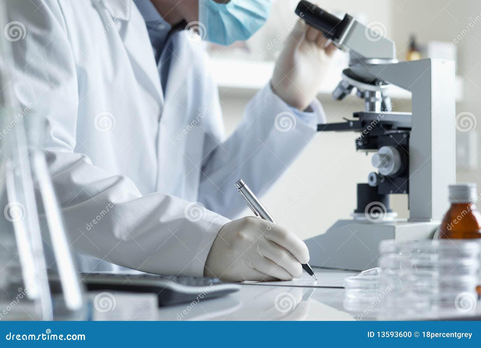 Investigación que conduce del científico con el microscopio