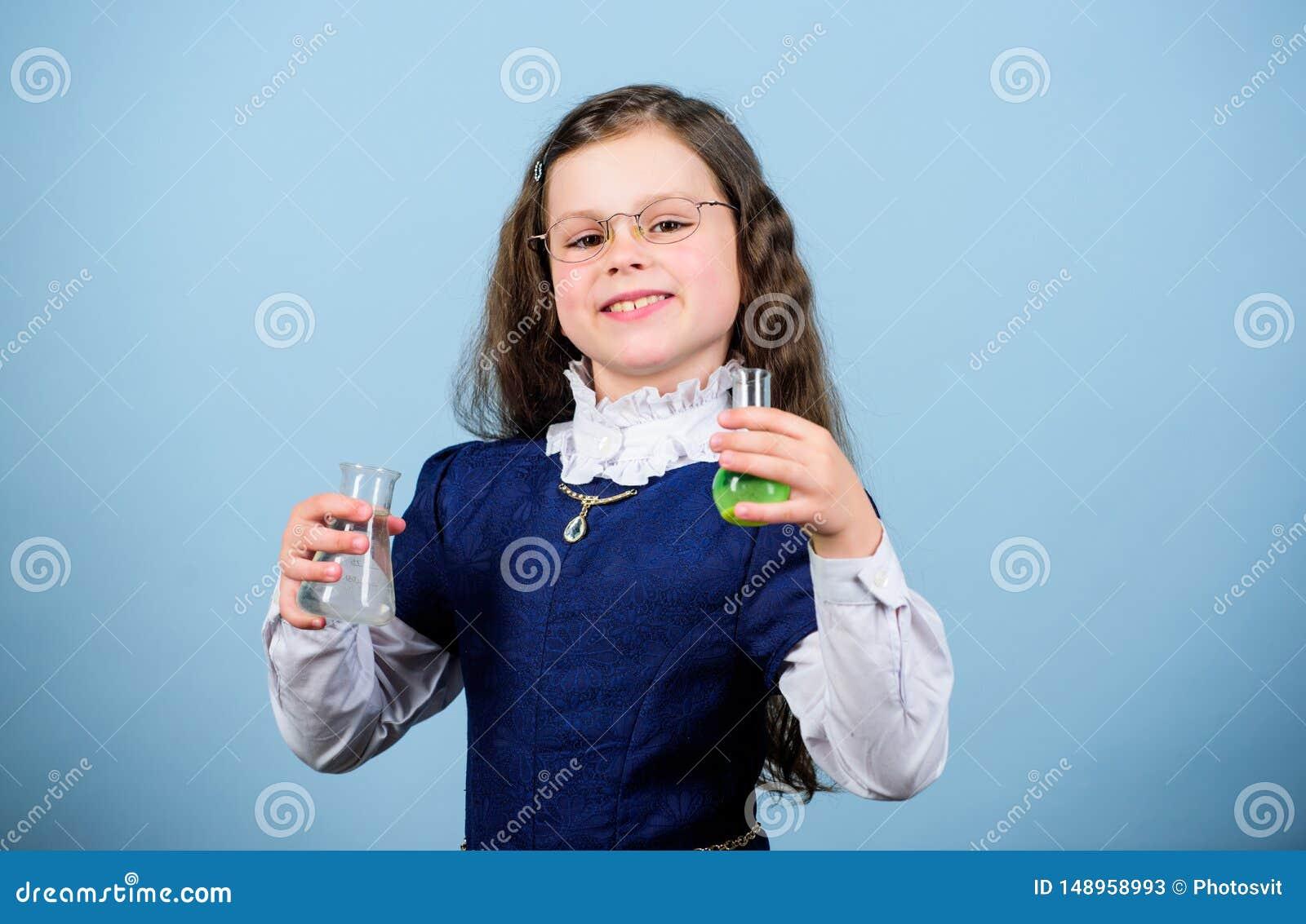 Investigaci?n de la ciencia en laboratorio Peque?a muchacha del genio Lecci?n del bilogy del estudio del ni?o Descubra el futuro