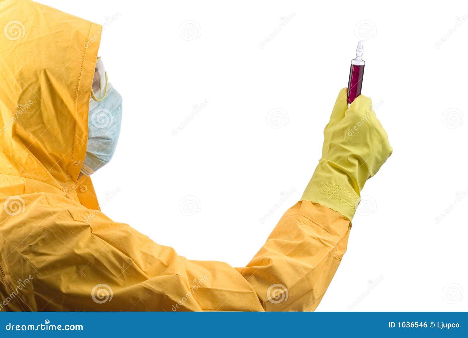 Investigador que maneja los productos químicos peligrosos