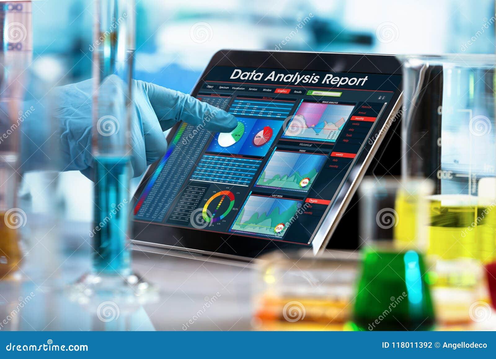 Investigador que trabaja con informe del análisis de datos en la tableta digital o