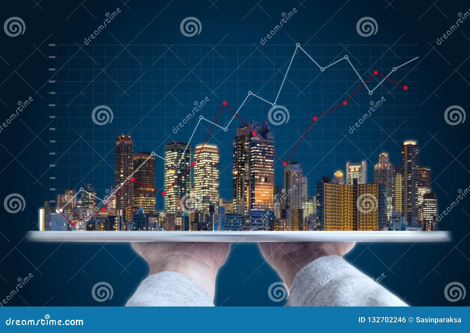 Investimento empresarial de bens imobiliários e tecnologia de construcção Mão que guarda a tabuleta digital com holograma das con
