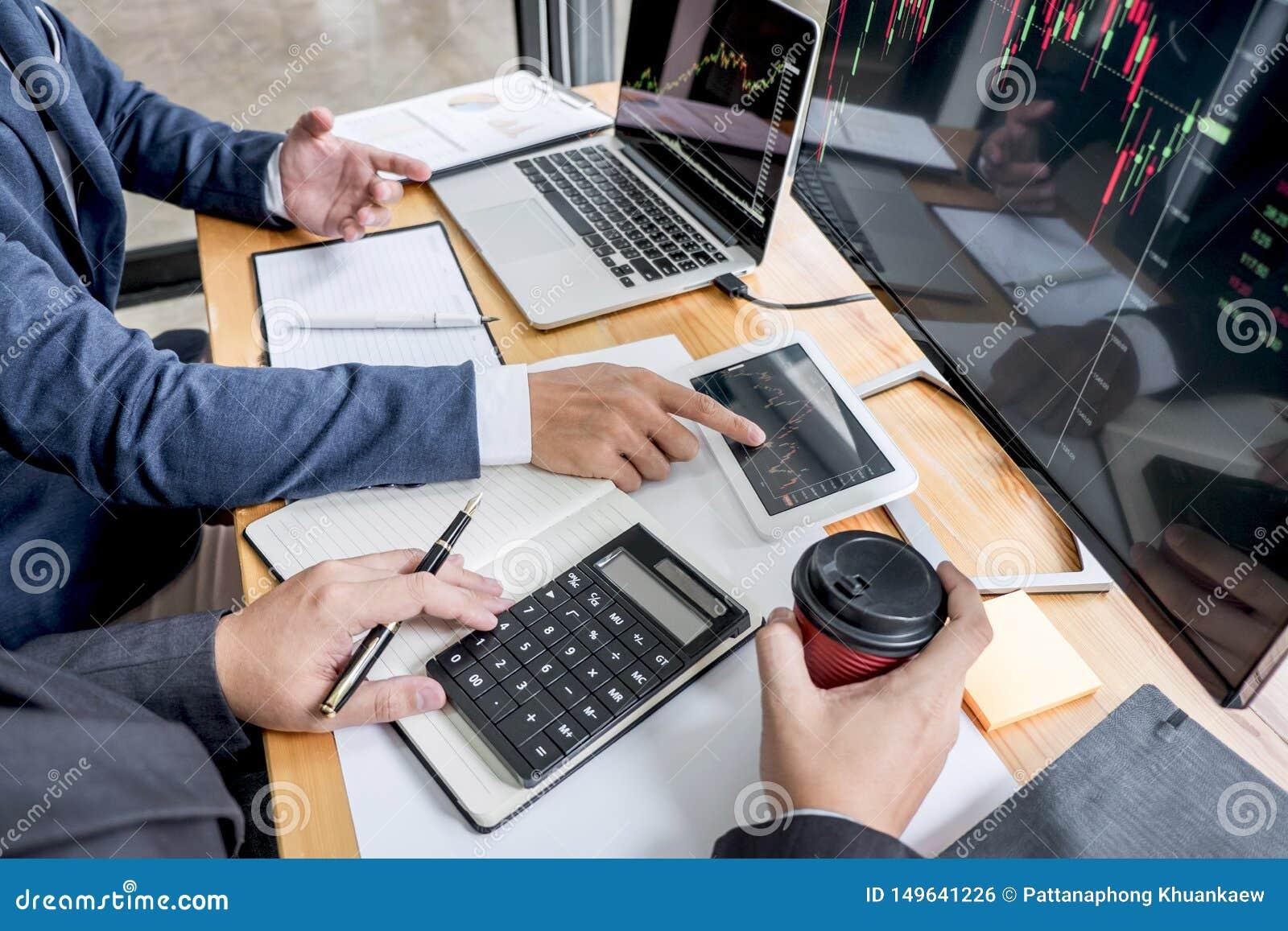 Investimento que trabalha com computador, planeamento da equipe do negócio e analisando a troca do mercado de valores de ação do