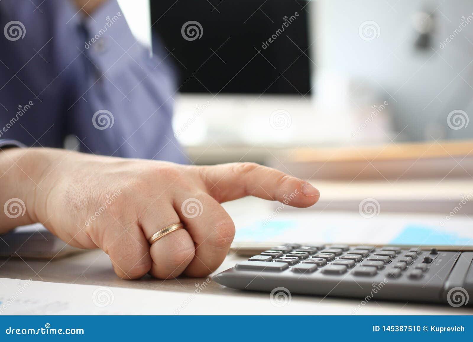 Investissement de Calculator Analyzing Company d utilisation d homme