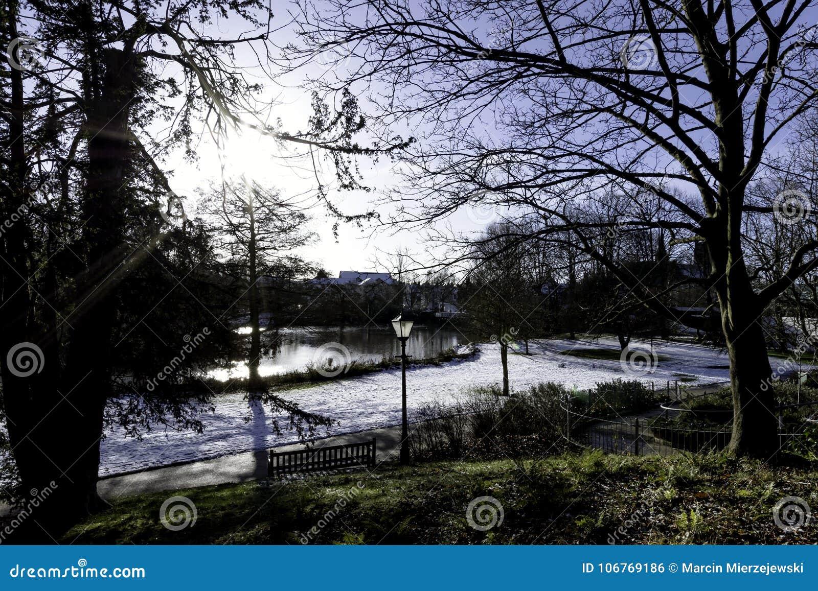 Invierno en el balneario real de Leamington - sitio de bomba/jardines de Jephson