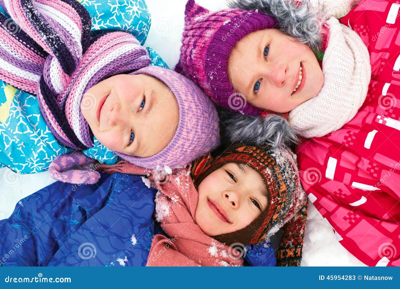 Invierno, niños felices sledding en invierno