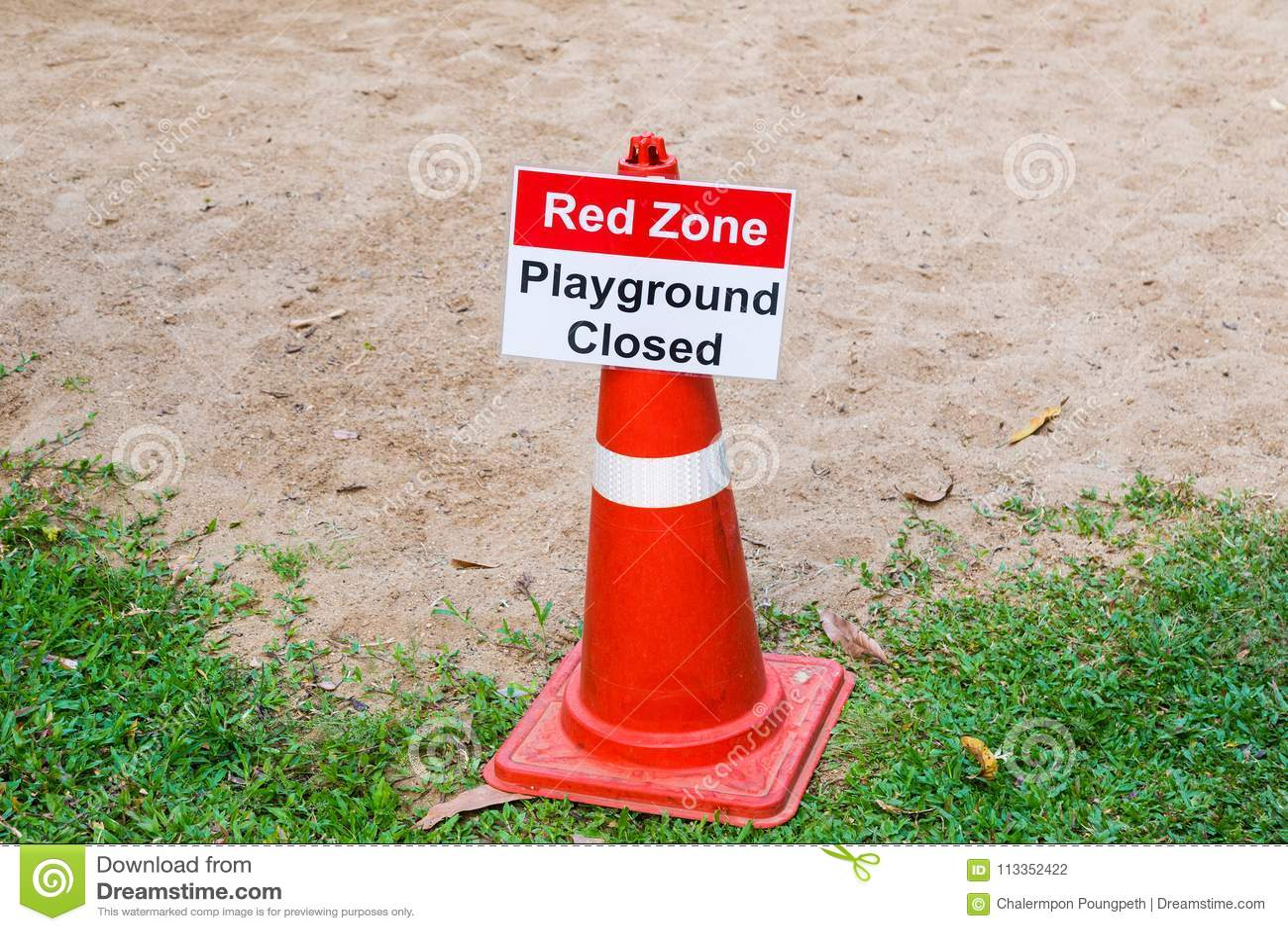 Invio chiuso del segno del campo da giuoco rosso di zona ad un campo da giuoco dei bambini