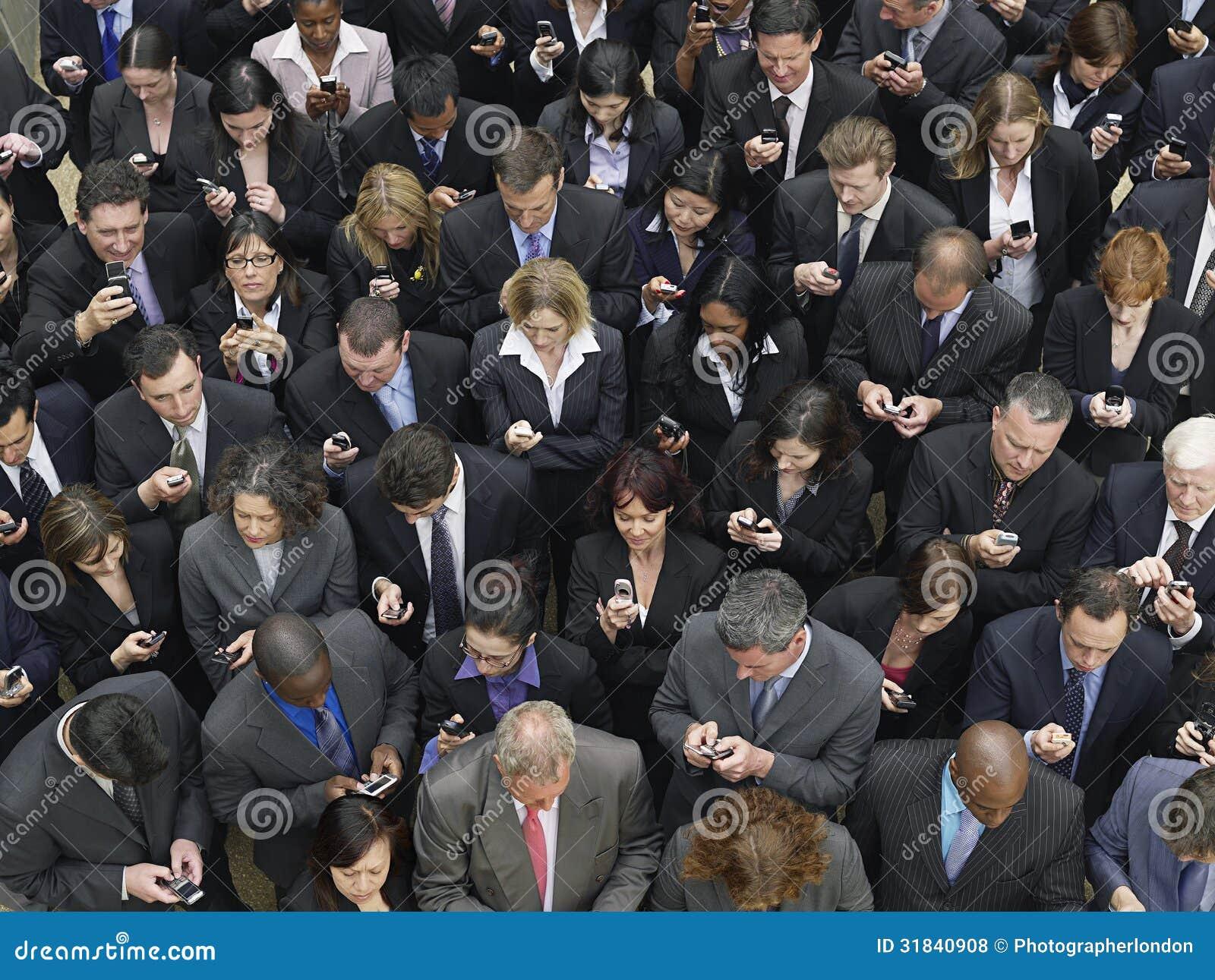 Invio di messaggi di testo del gruppo di affari con i telefoni cellulari
