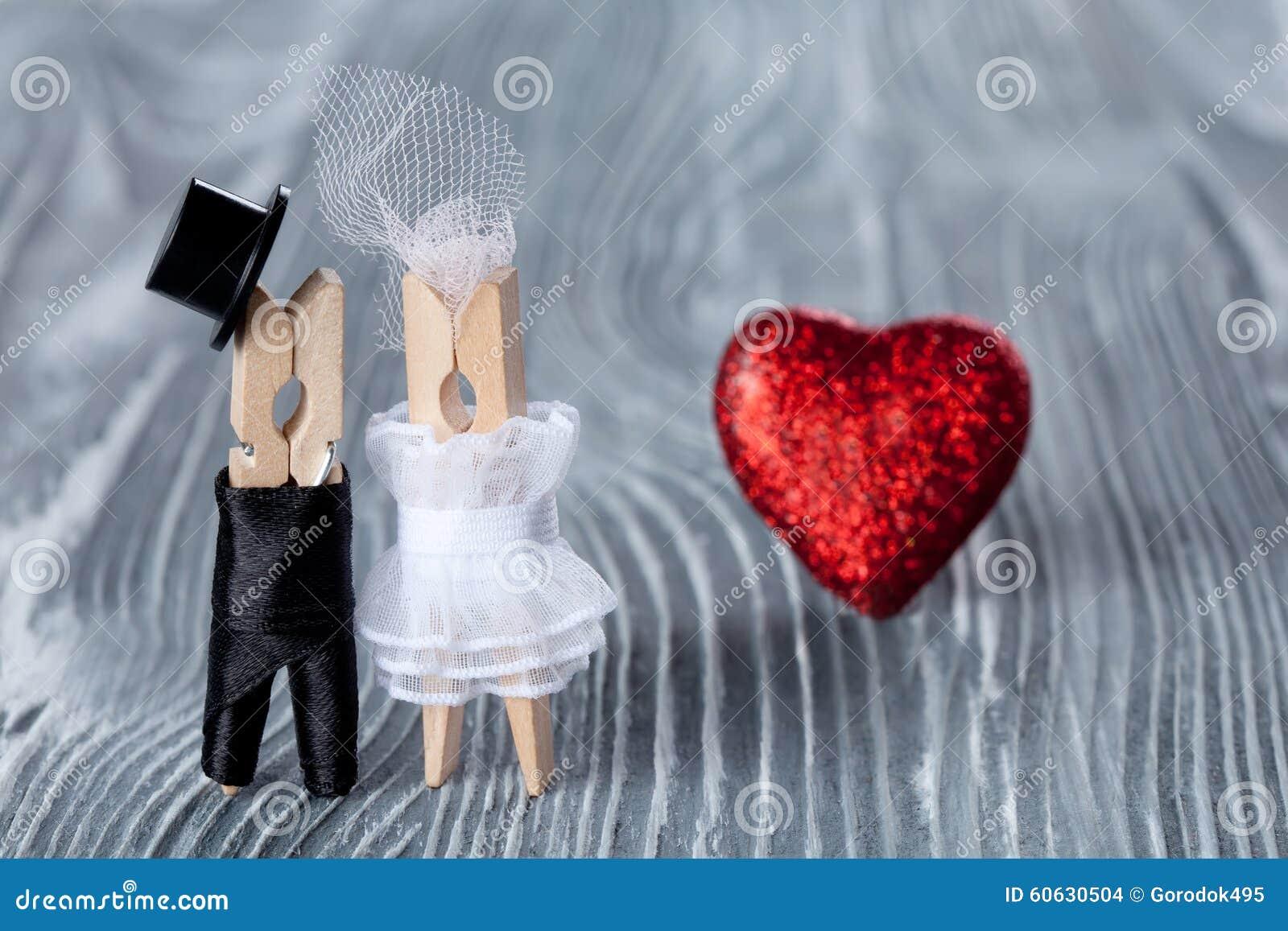 5ed0c5842 Invitación De La Boda Hombre, Mujer Y Corazón Leído Novio En Traje Y ...