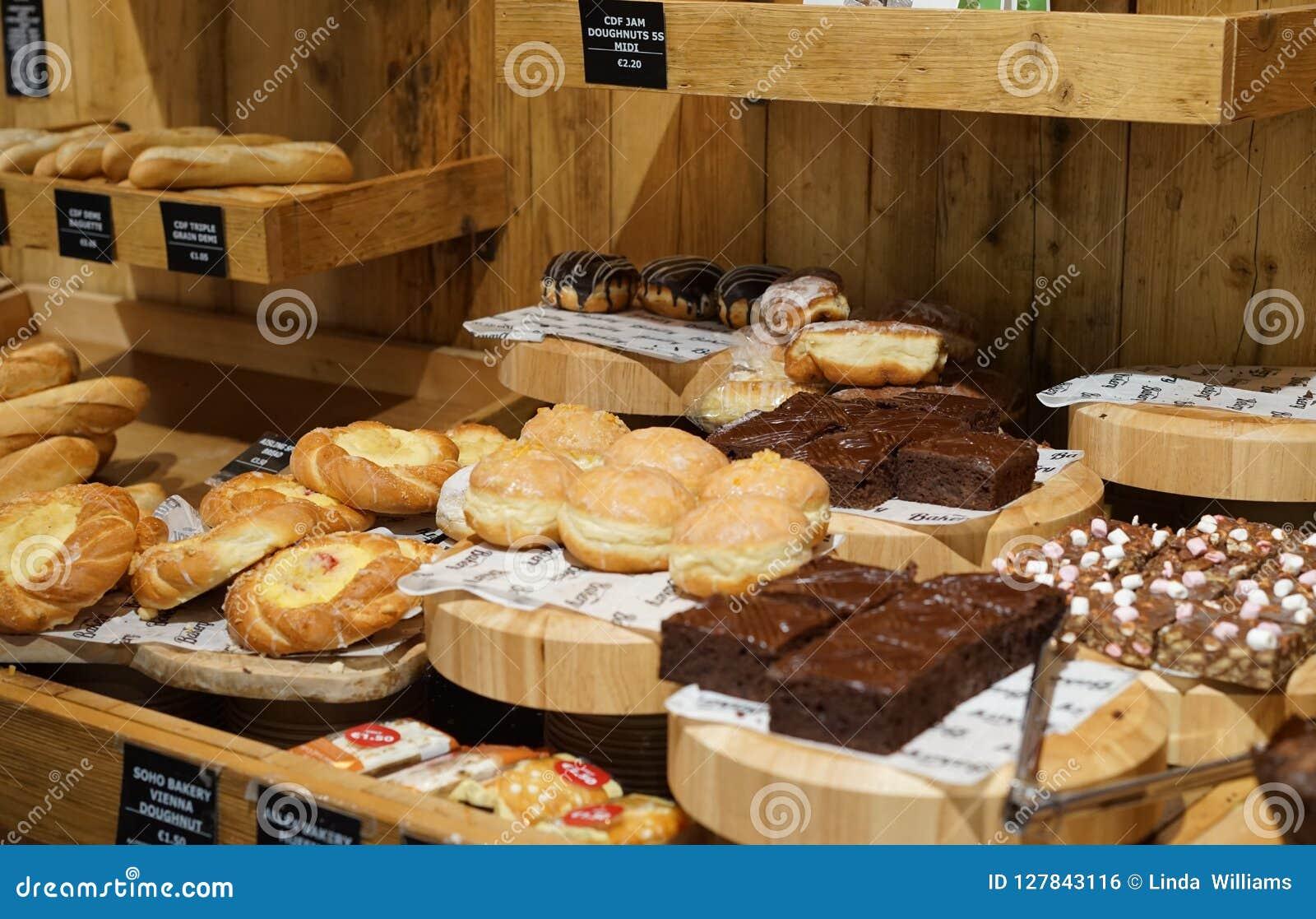 Invitaciones dulces en la exhibición para un bocado sabroso