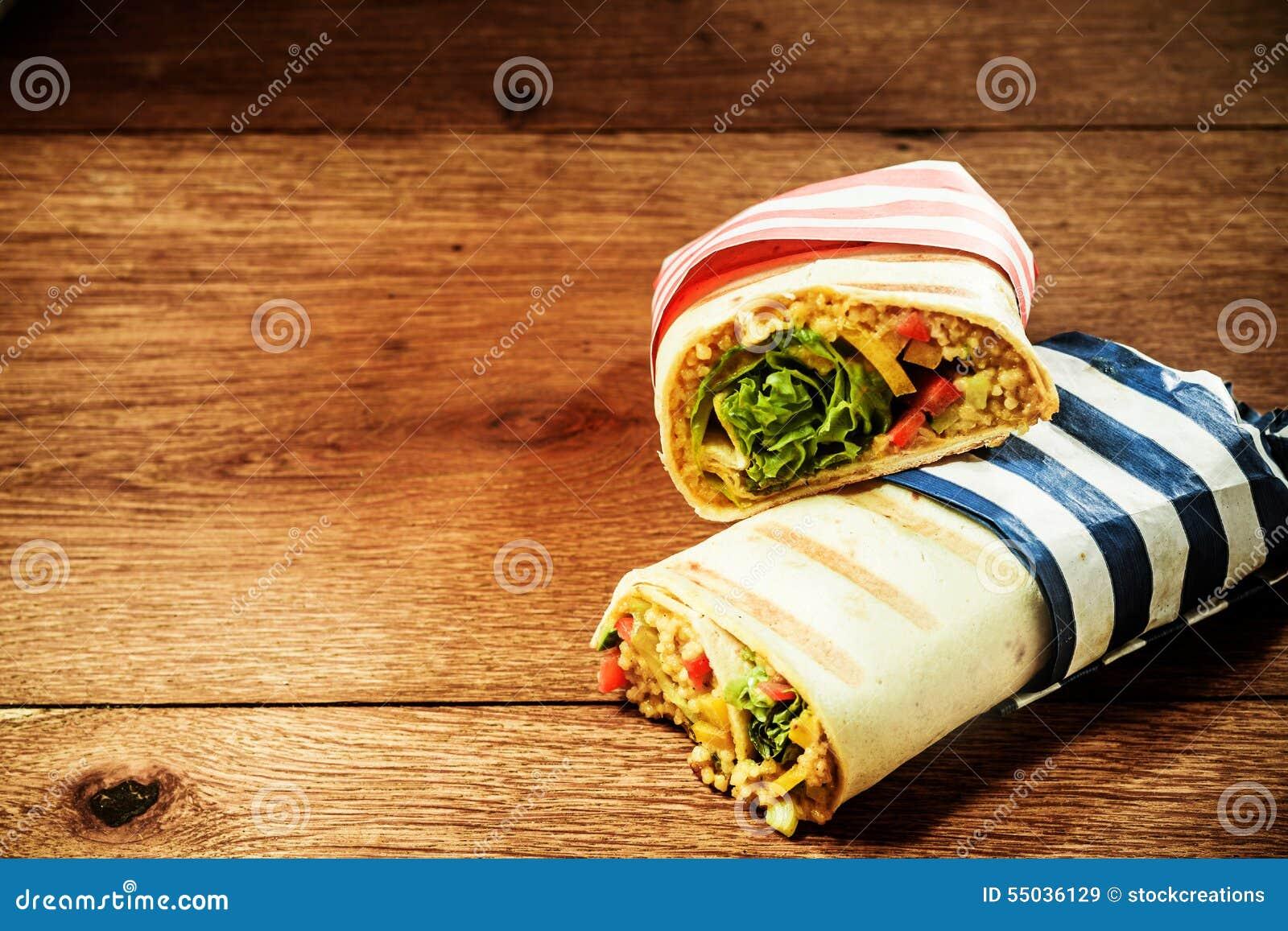 Involucri arrostiti vegetariani del burrito del cuscus