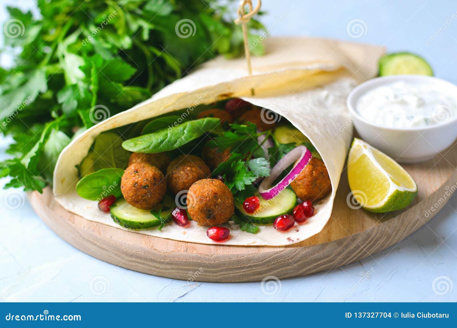 Involucro fresco del Falafel con le erbe e le verdure, pasto vegetariano
