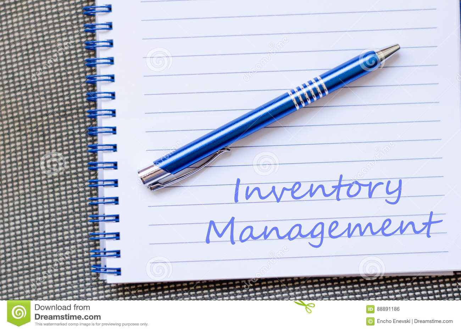 Inwentarzowy zarządzanie pisze na notatniku