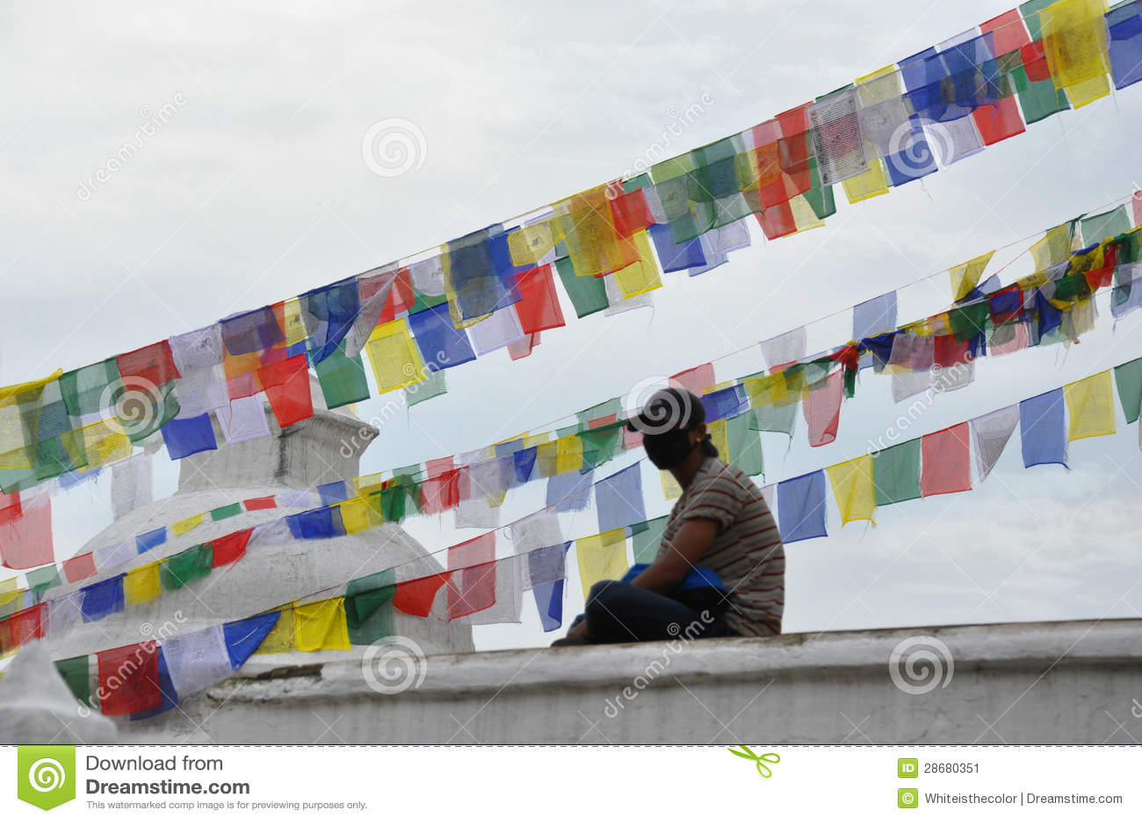 Inwoner van verontreinigde zitting Katmandu op Bougha Stupa