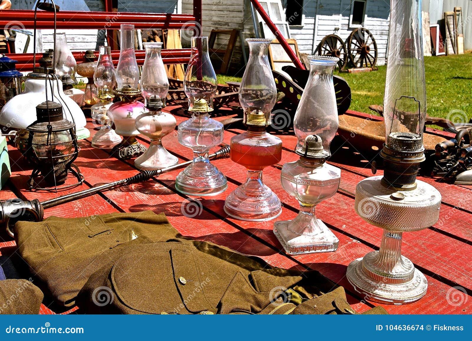Download Inzameling Van Antieke Kerosinelampen Bij Een Veiling Stock Foto - Afbeelding bestaande uit verkoop, markt: 104636674