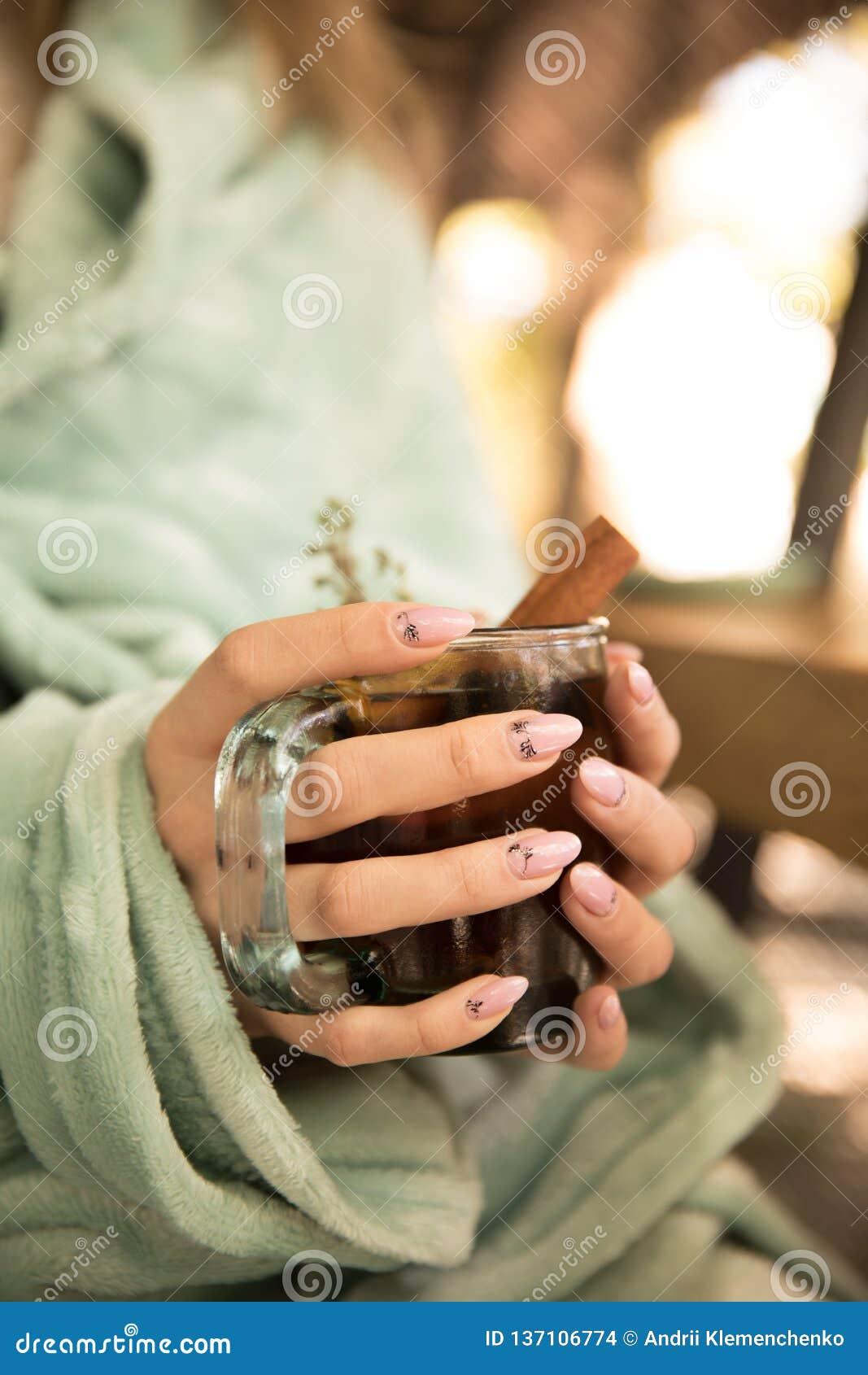 Inzameling van hete dranken in een glas met dubbele geïsoleerde muren Cacao, koffie, thee