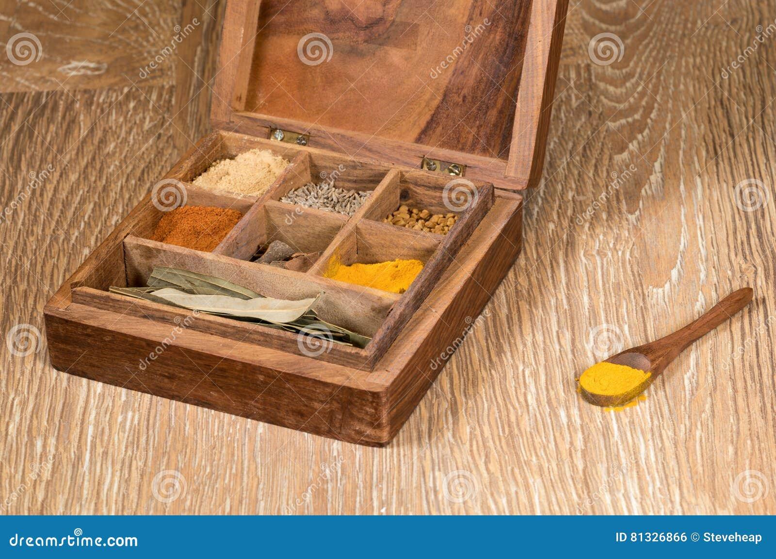 Inzameling van Indische kruiden in houten doos