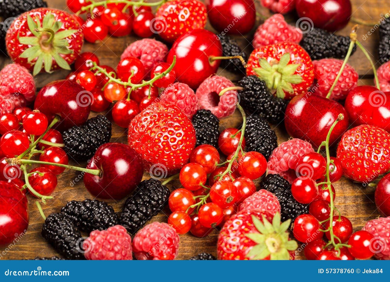 Inzameling van kersen, aardbeien, moerbeibomen, rode aalbessen,