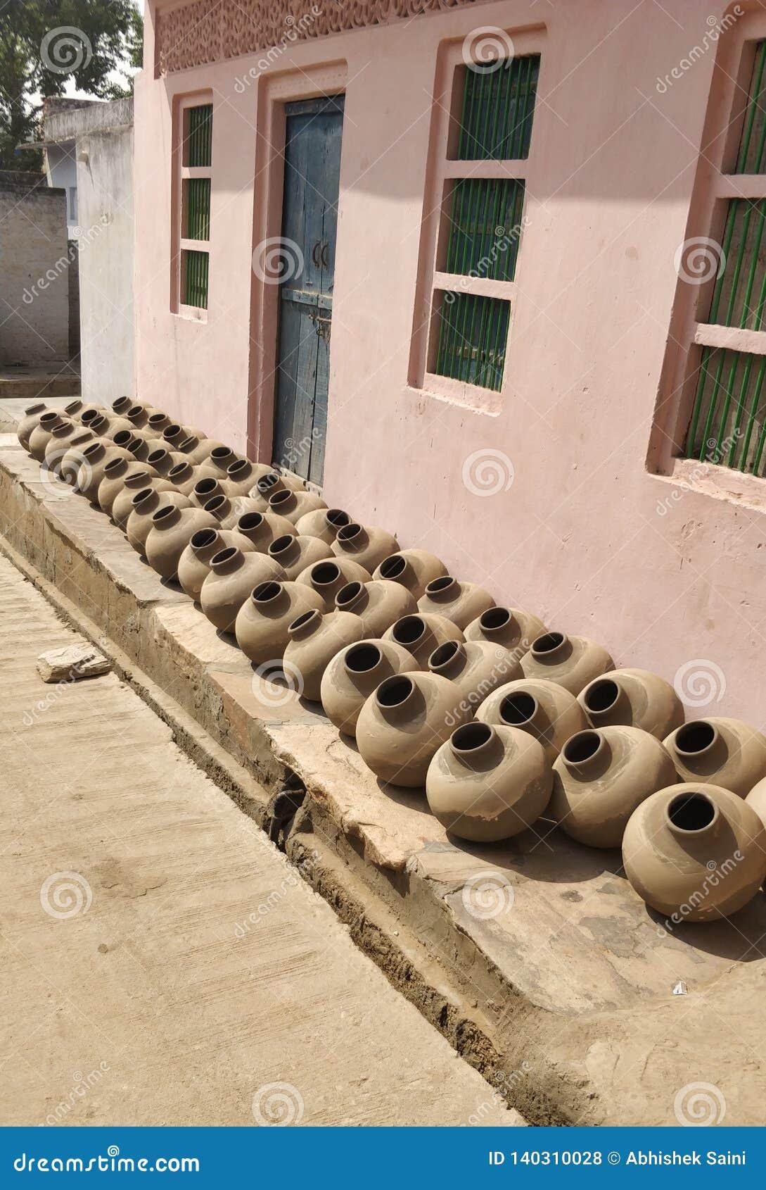 Inzameling van kleipotten die als Matka in Indisch Subcontinent wordt bekend Verwezenlijking, hand