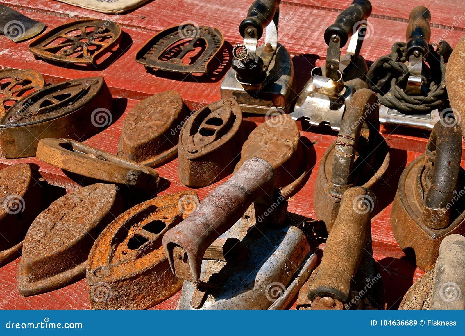 Download Inzameling Van Oude Roestige Ijzers Stock Afbeelding - Afbeelding bestaande uit decoratie, veiling: 104636689