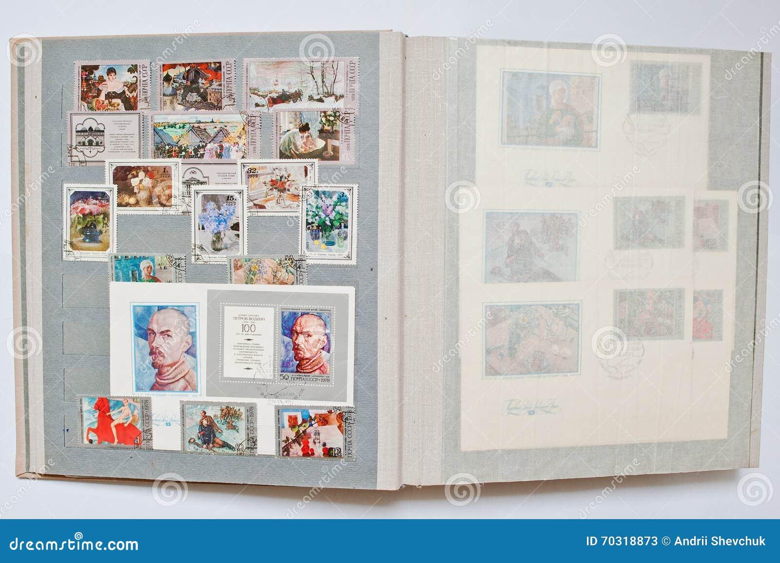 Inzameling van postzegels in album van de USSR wordt gedrukt die
