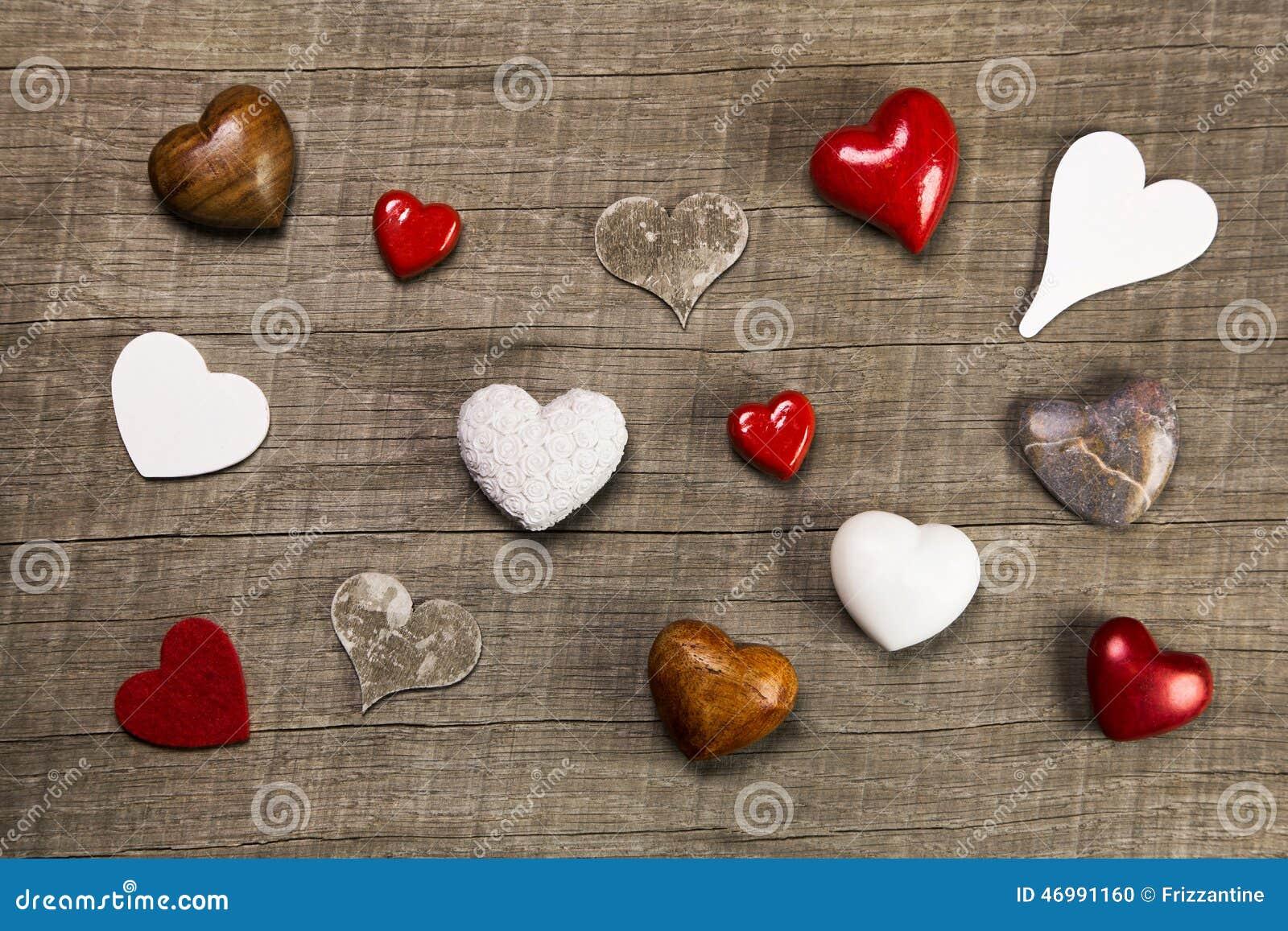 Inzameling van verschillende rode witte en bruine harten op houten bedelaars stock foto - Witte badkamer en bruin ...