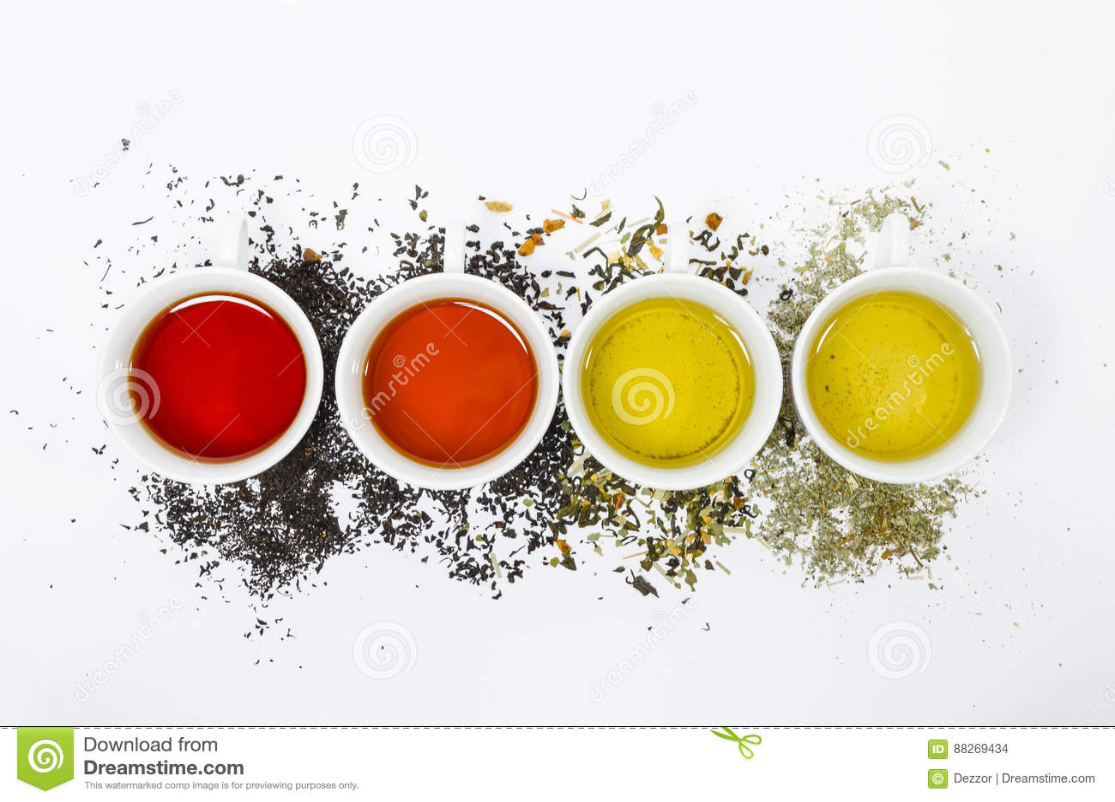 Inzameling van verschillende theeën in koppen met theebladen op een witte achtergrond