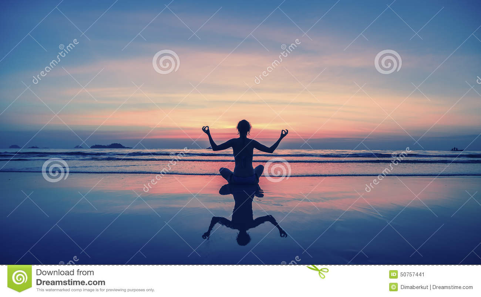 Ioga, aptidão, estilo de vida saudável Mostre em silhueta a menina da meditação no fundo do mar e do por do sol impressionantes