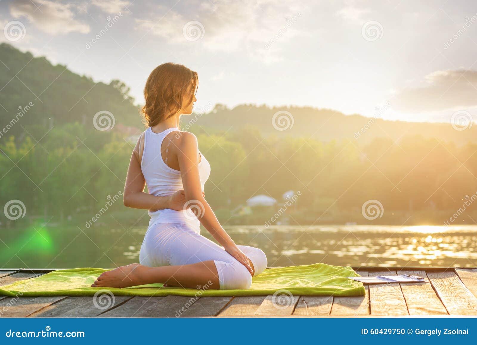 Ioga da mulher - relaxe na natureza
