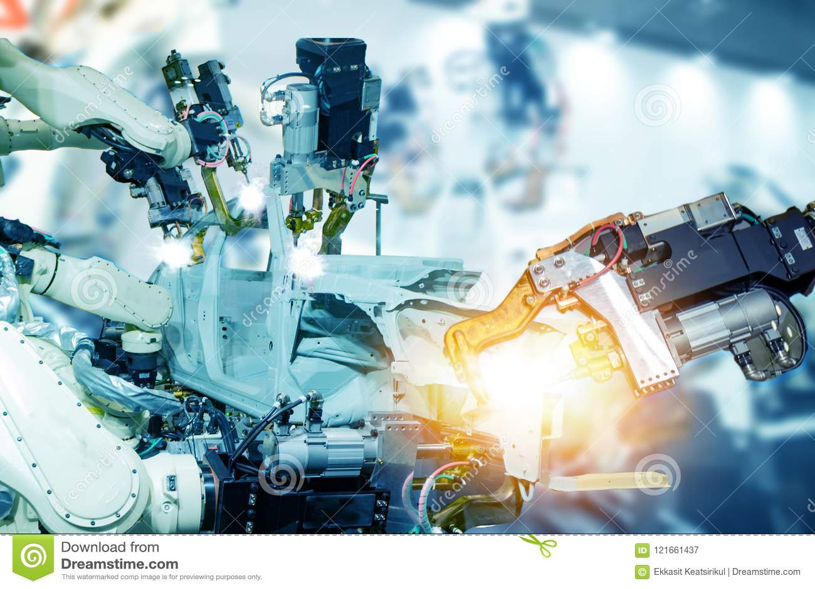 Iot聪明的工厂,产业4 0个技术概念,机器人胳膊在自动化与假阳光的工厂背景中在操作锂