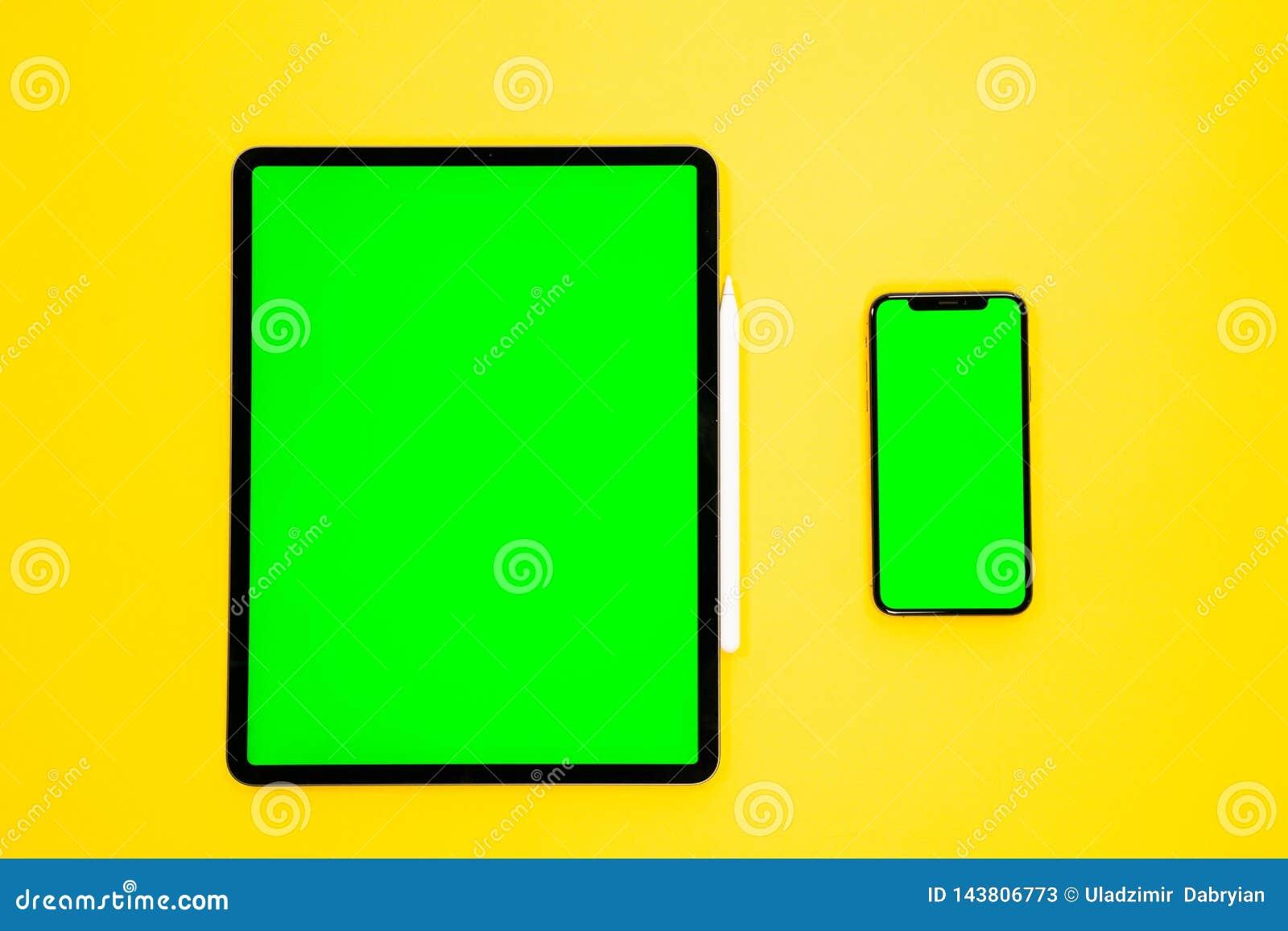Ipad Et Iphone Nouveau Comprime Sur Un Fond Jaune Avec Un