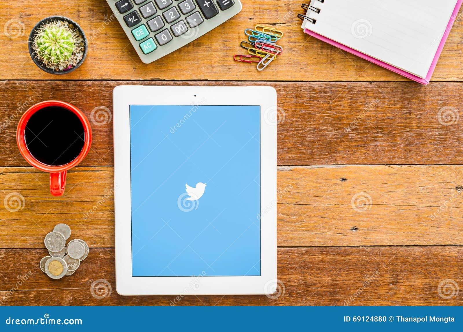 IPad 4 open Twitter application