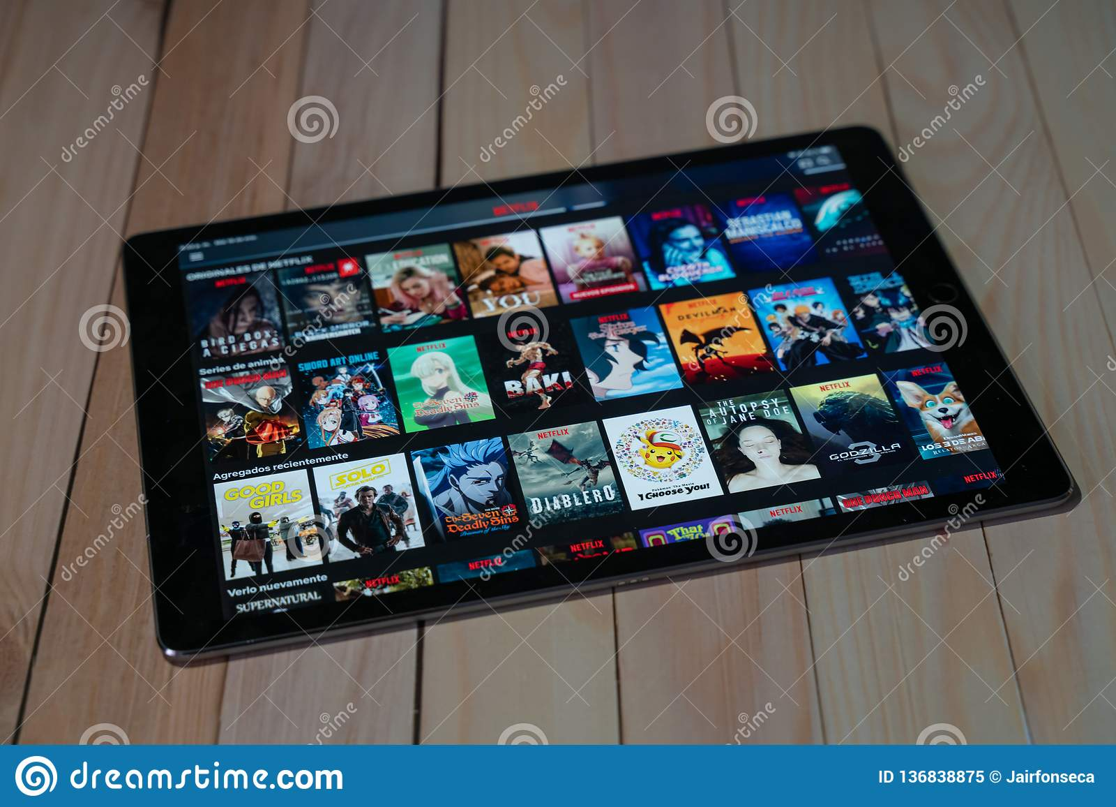 IPad Pro12 un nuovo prodotto di 9 compresse della mela facendo uso di Netflix, Netflix è un fornitore globale di flusso continuo