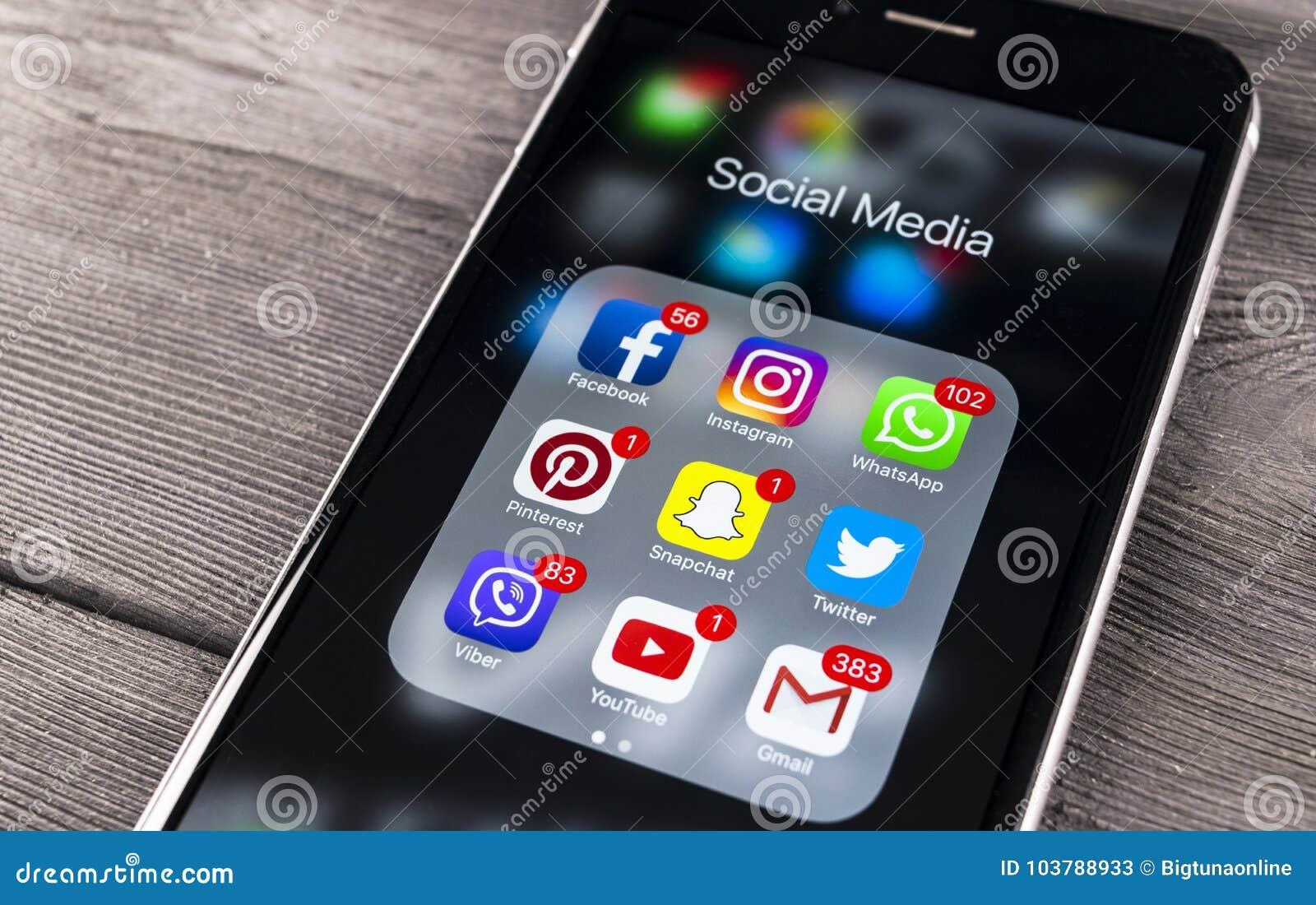 IPhone 7 της Apple στον ξύλινο πίνακα με τα εικονίδια των κοινωνικών μέσων facebook, instagram, πειραχτήρι, snapchat εφαρμογή στη