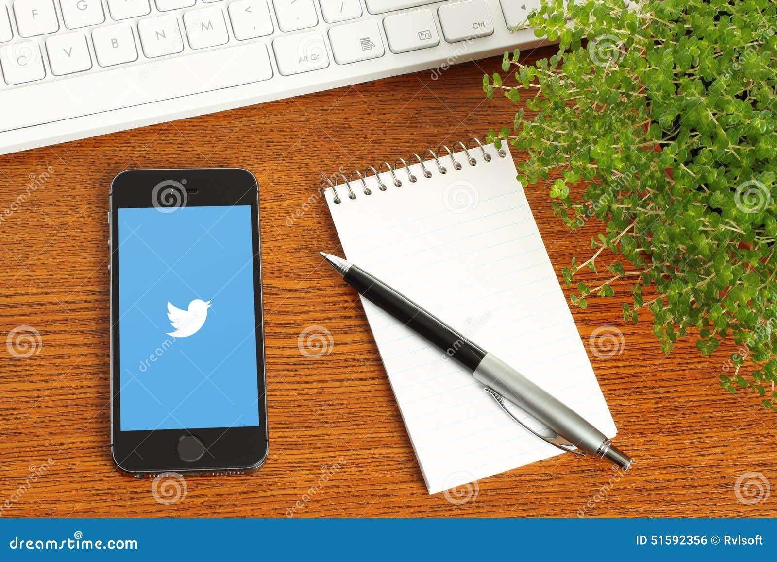 IPhone с логотипом Twitter на деревянной предпосылке