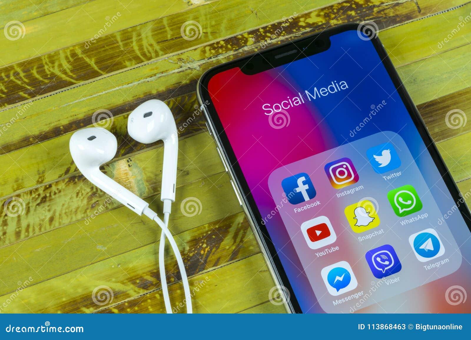 IPhone x Яблока с значками социального facebook средств массовой информации, instagram, twitter, применения snapchat на экране Со