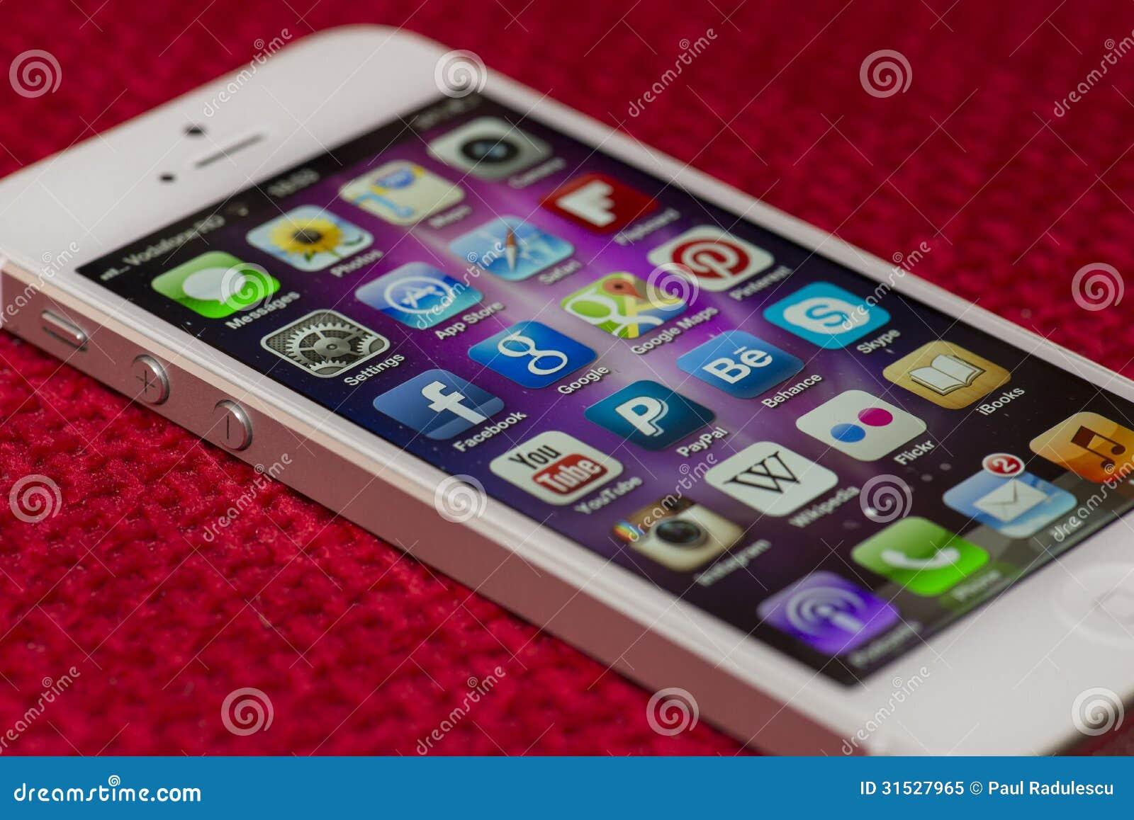 IPhone 5 Apps-het scherm op een rode oppervlakte