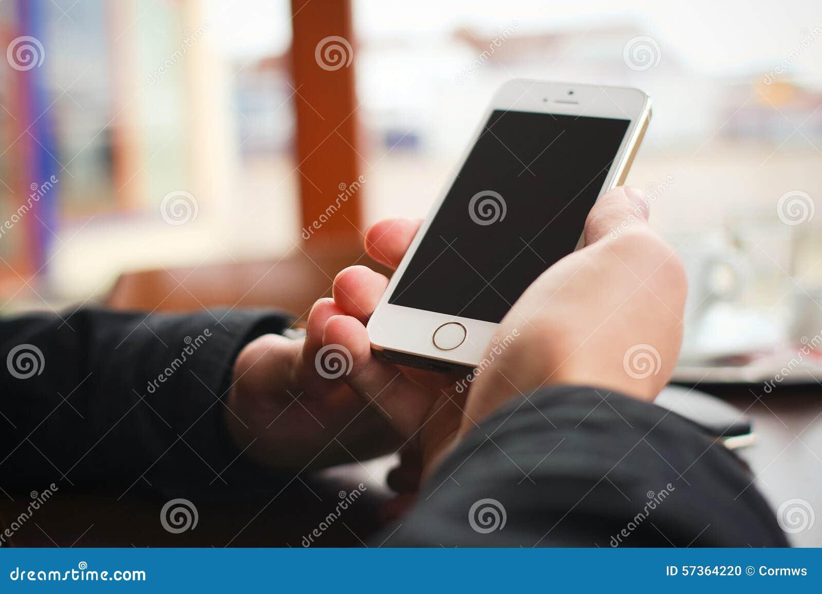 IPhone que es sostenido en una mano
