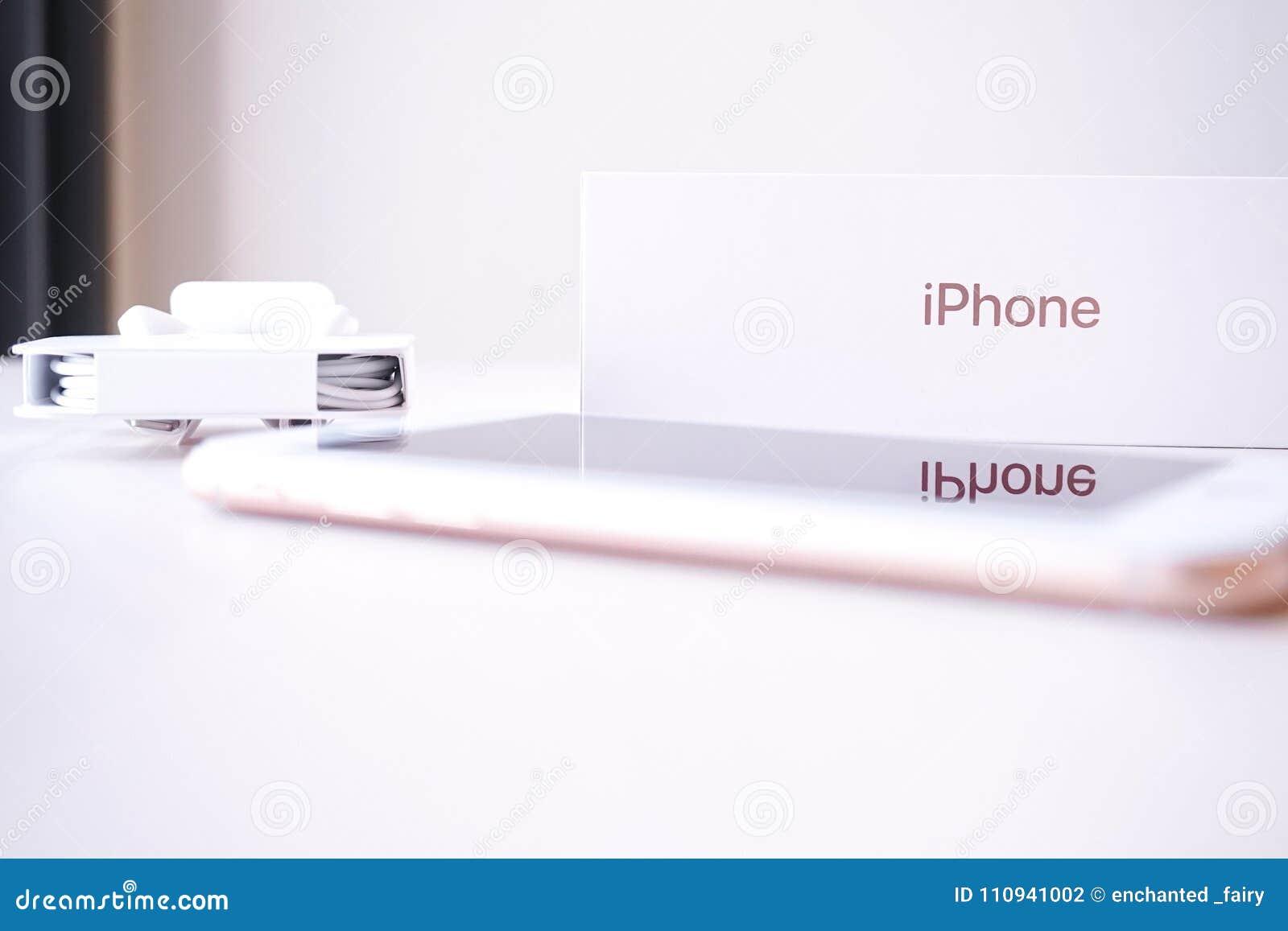 IPhone8 Różany złoto jest na stole z pakować na tle