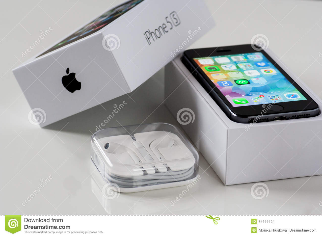 61706536e IPhone 5S With The Box And Headphones Editorial Stock Image - Image ...