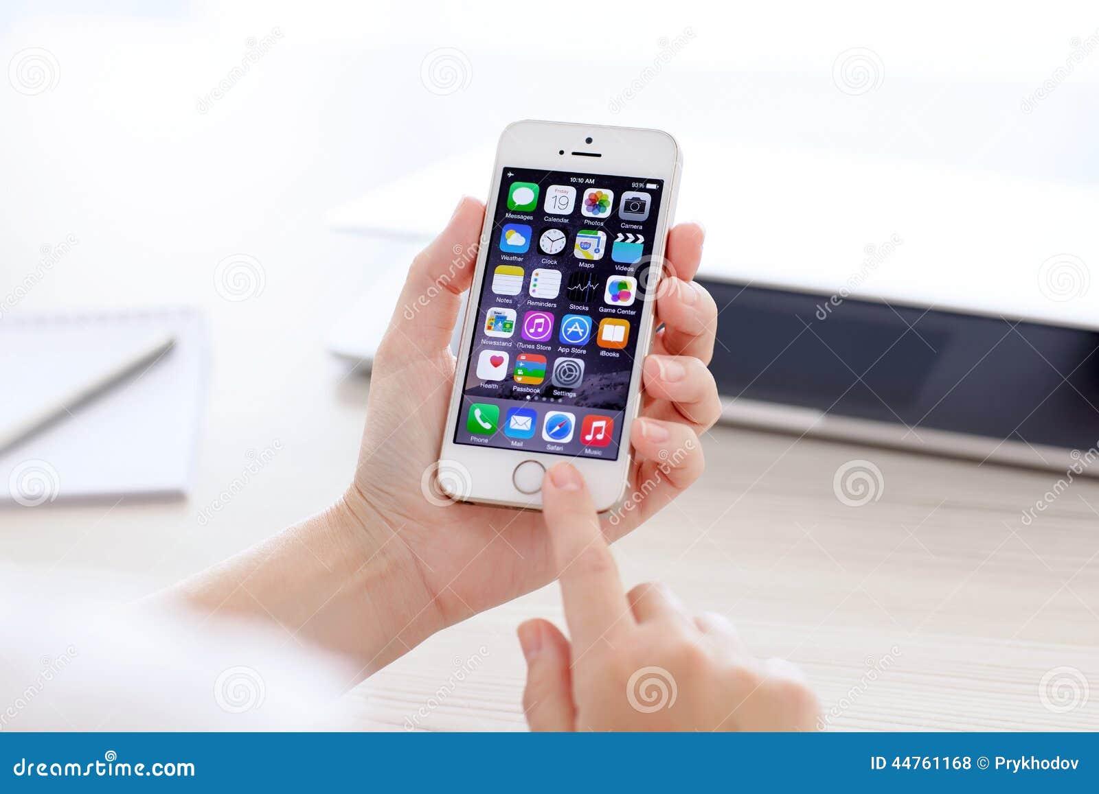 IPhone 20S Mit IOS 20 In Einer Hand Auf Hintergrund Von MacBook ...