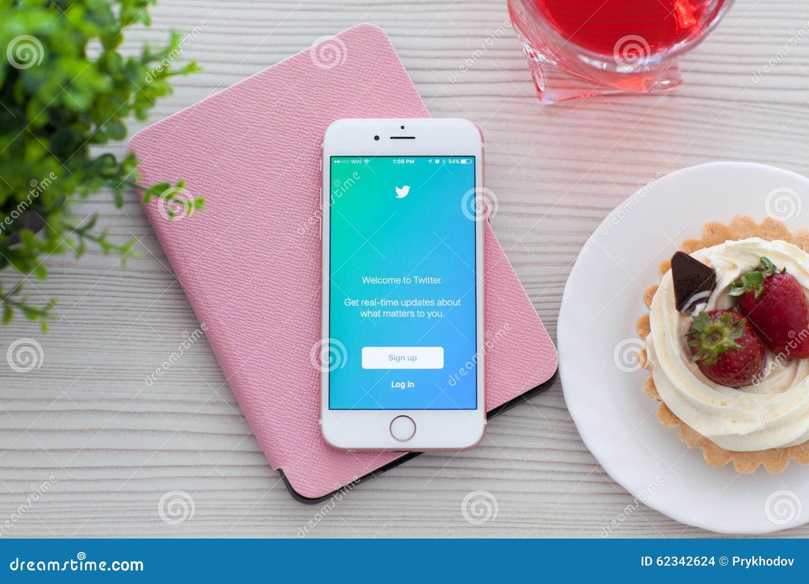 iphone 6s rose gold mit app twitter auf dem tisch