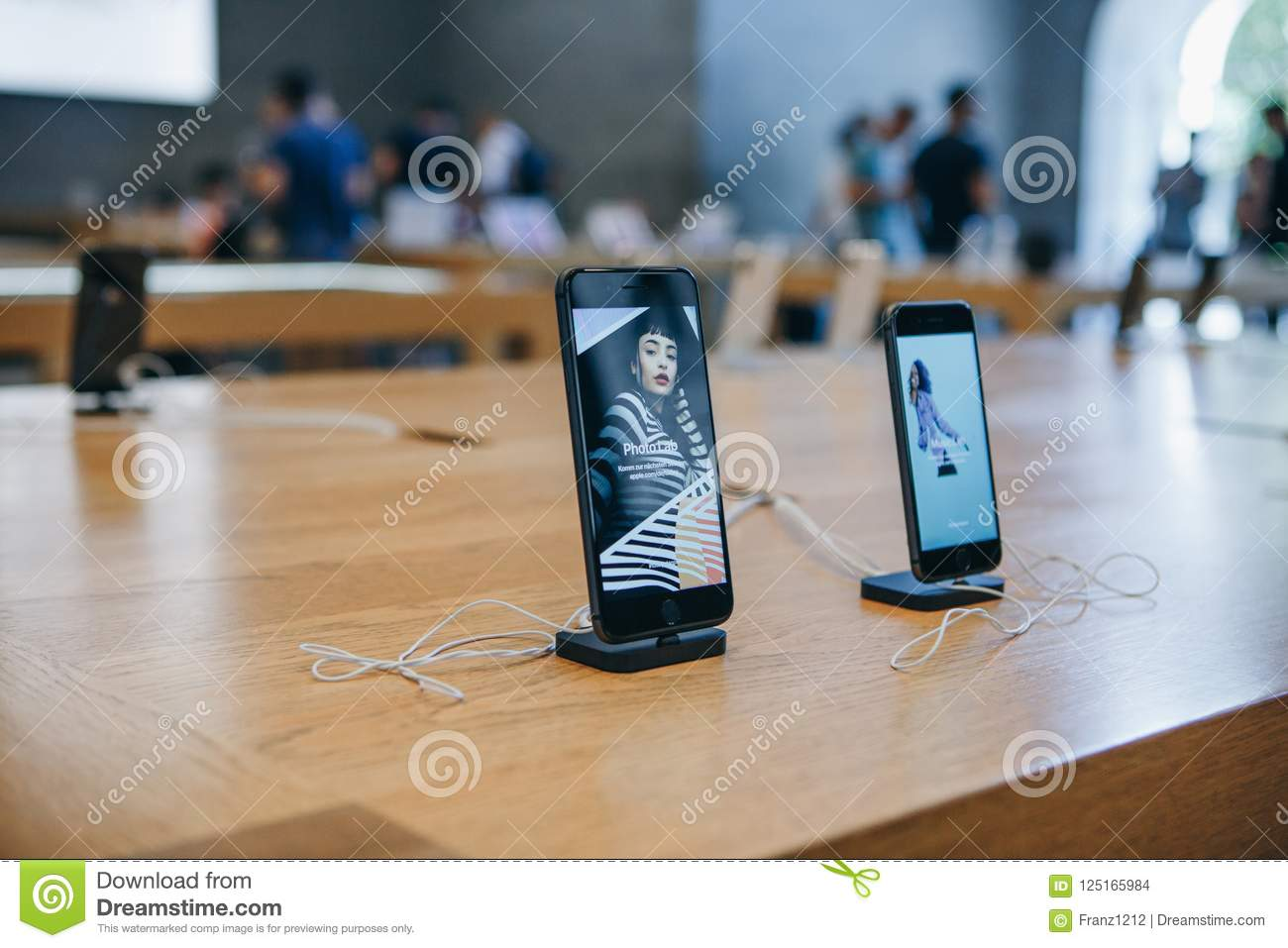 The IPhone 8 And The IPhone SE Are Exhibited And Sold In The